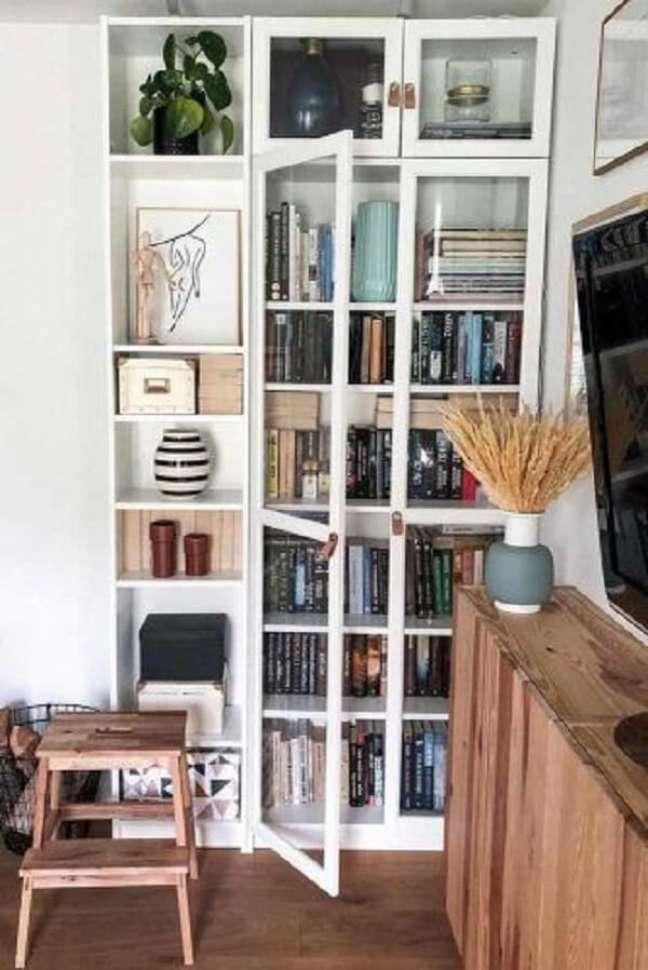 5. Invista em uma linda estante de vidro para livros. Fonte: Glaminati