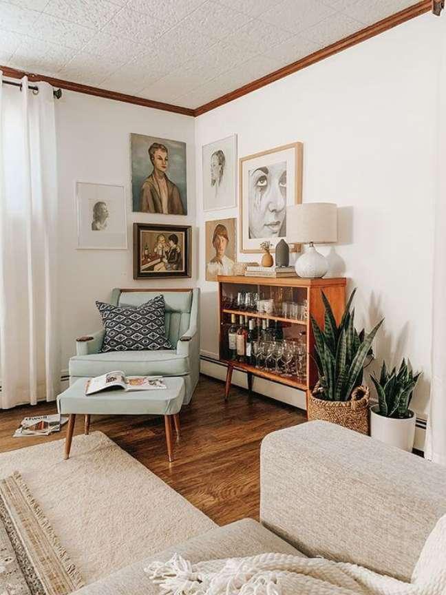 117. Sala de estar com mini estante decorada com bebidas e taças – Foto Dream Green DIy