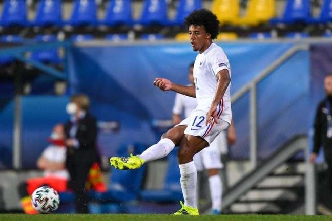 Koundé está mais próximo de se tornar jogador do Chelsea (Foto: ATTILA KISBENEDEK / AFP)