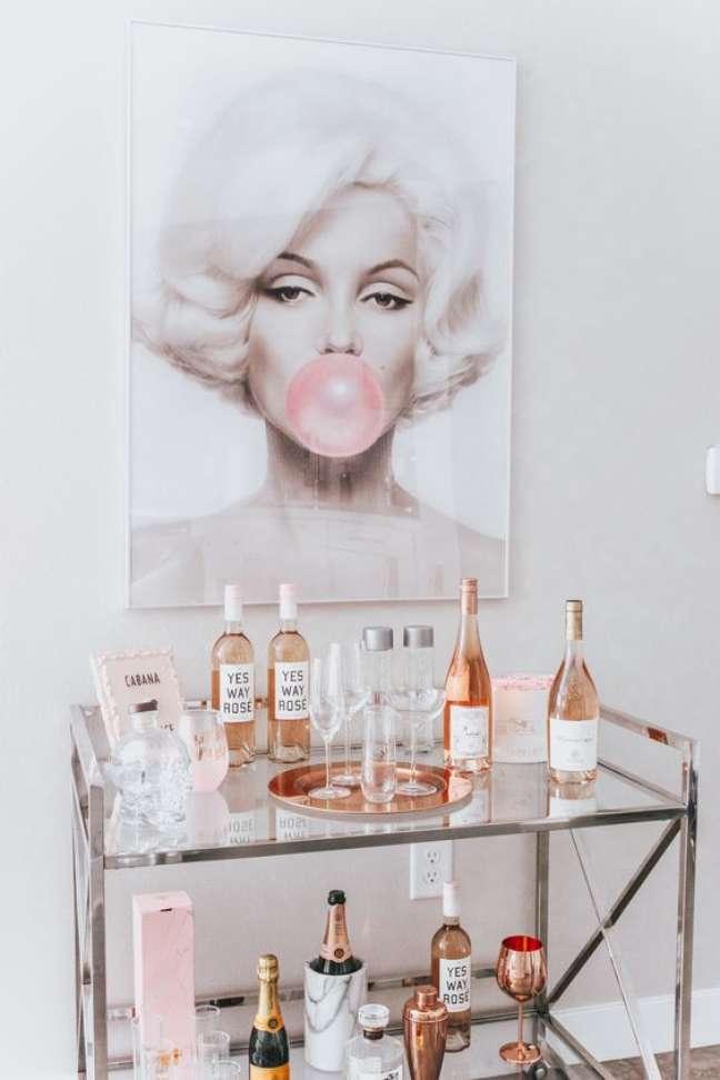 89. Sala moderna com aparador bar e quadro da marylin monroe – Foto Pinteret