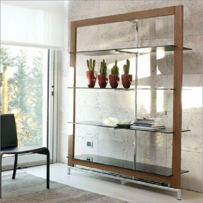 15. A estante de mármore e vidro e a estante de vidro com madeira são opções que podem transformar sua decoração. Fonte: Pinterest