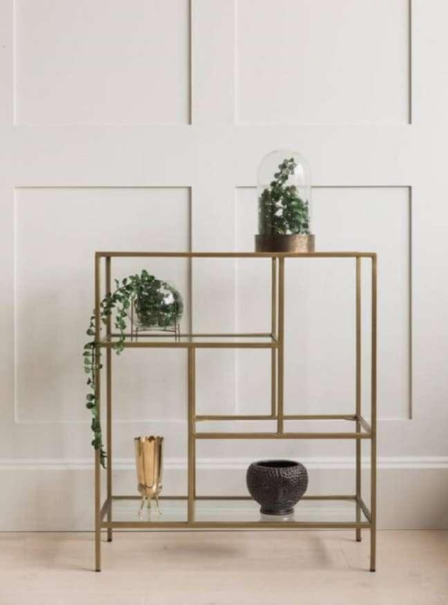 13. A estante com prateleiras de vidro traz elegância para a decoração. Fonte: Rose and Grey