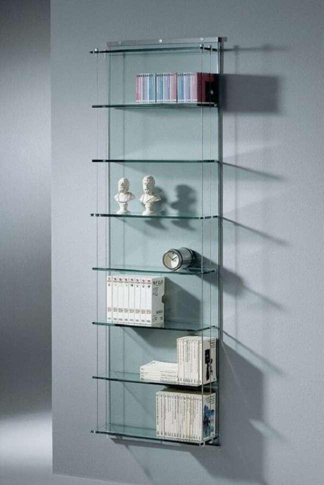 23. A estante de vidro na parede otimiza o espaço no ambiente. Fonte: Pinterest