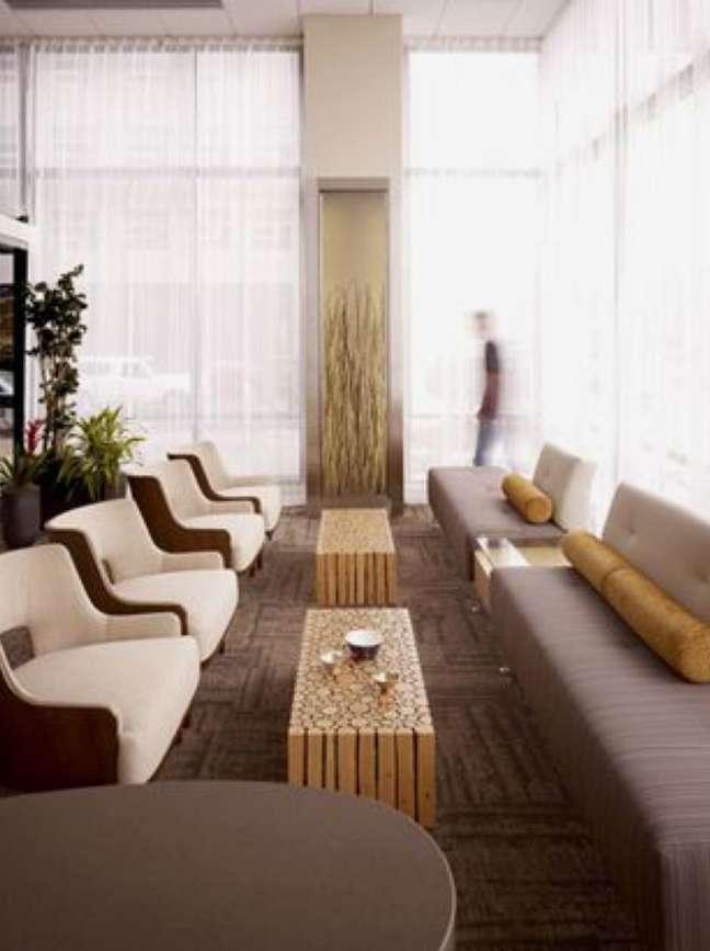 12. Sala de espera grande com poltronas e mesas de centro de madeira rustica – Foto Callison