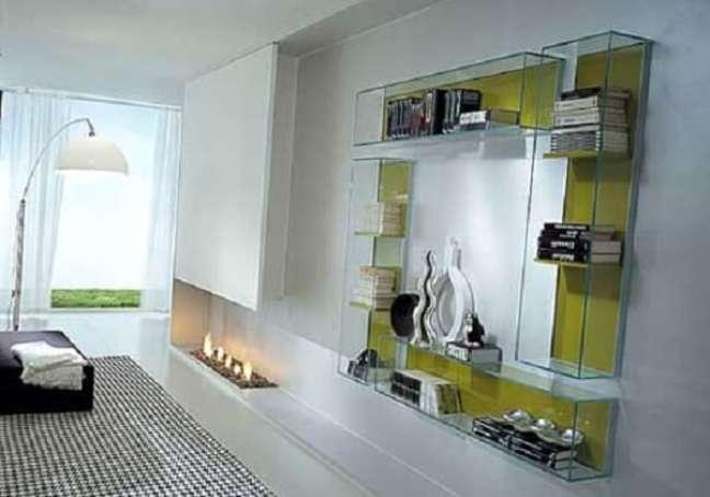 22. A estante de vidro na parede decora a sala de estar. Fonte: Pinterest