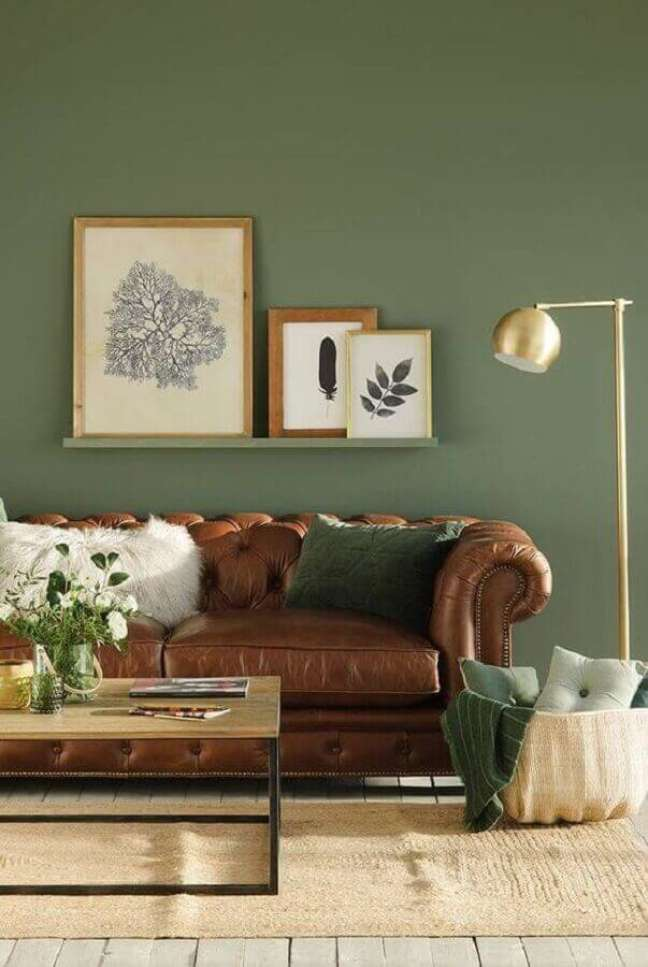 22. Parede decorada para sala na cor verde musgo e sofá chesterfield de couro marrom – Foto Arkpad