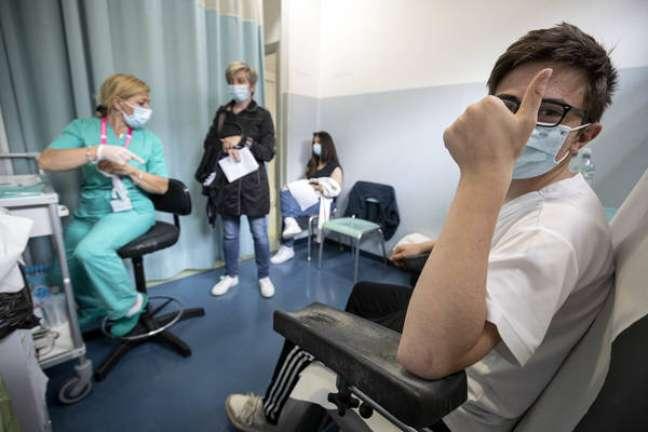Adolescentes vêm sendo vacinados na Itália desde o fim de maio