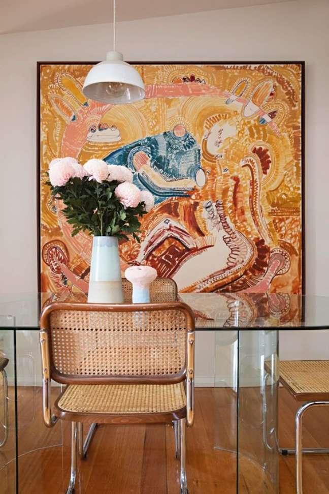 90. Sala moderna com cadeira de palha e parede decorada com quadro – Foto Apartment Therapu