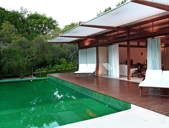 10. A piscina verde e o deck de madeira se destacam nessa área externa. Fonte: Blog Sincenet