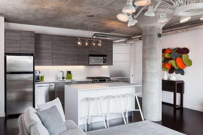 46. Decoração estilo industrial para cozinha estilo americana cinza com ilha branca – Foto: Architizer