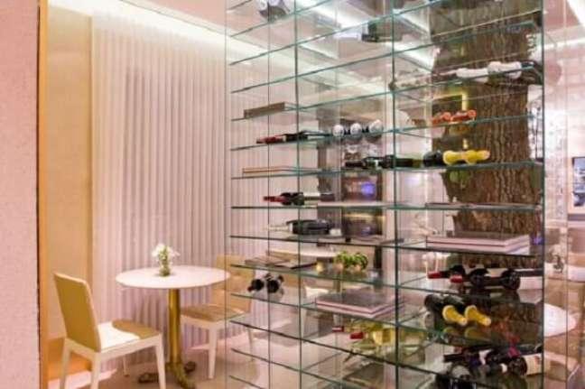 32. Decore seu ambiente com uma linda estante de vidro. Fonte: Pinterest