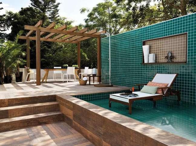 18. As pastilhas da piscina verde fazem parte também do muro da área externa. Projeto de Amorim Reis