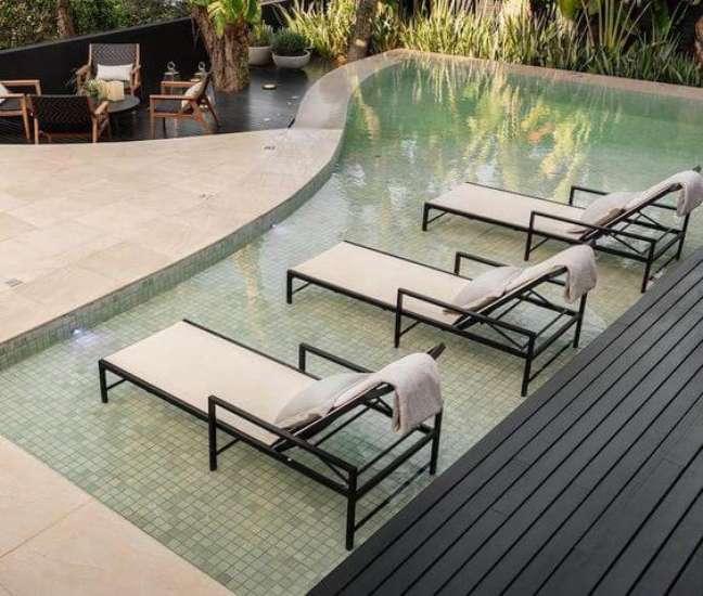 47. Revestimento para piscina verde água com prainha. Fonte: Pinterest
