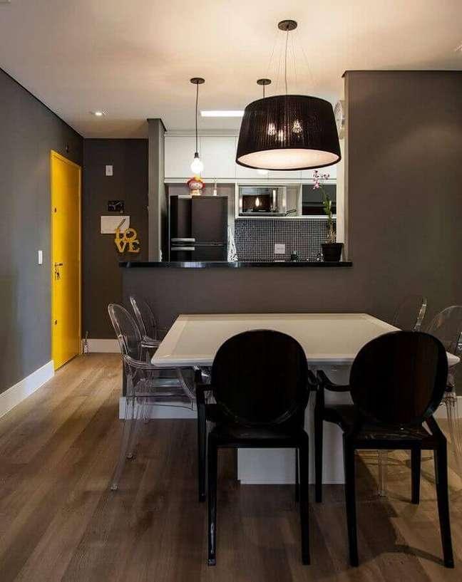 41. Decoração de cozinha estilo americana integrada com sala de jantar cinza – Foto: Casa de Valentina