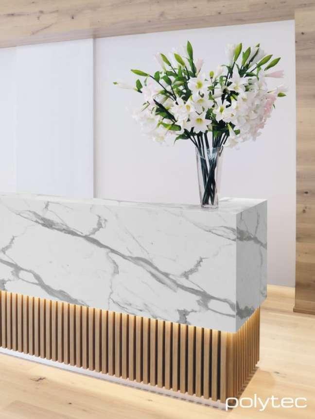 24. Balcão de mármore e madeira para sala de espera luxuosa – Foto Polytec