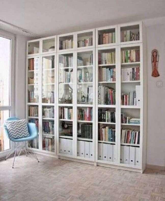 11. A estante com porta de vidro acomoda diversos livros dos moradores. Fonte: Vermischt Blog