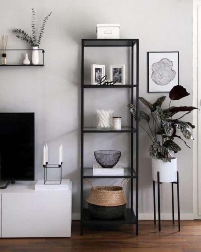 29. Decoração minimalista com estante de vidro estreita. Fonte: Petra Taguls