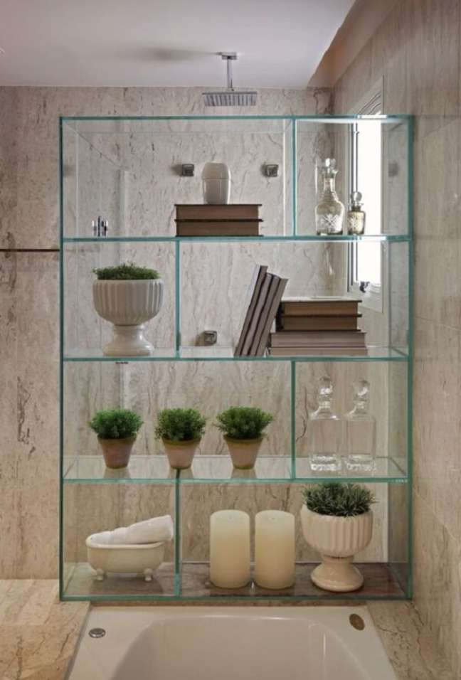 27. A estante de vidro traz um toque clean para o banheiro. Fonte: Projeto Habitissimo