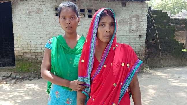 Shakuntala Devi (à direita) ainda está tentando entender por que sua filha foi morta