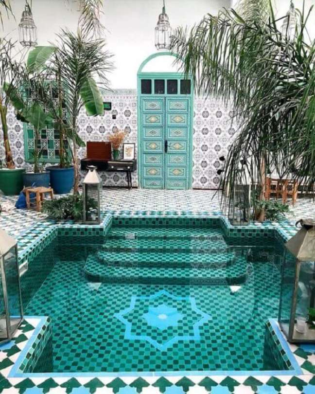 32. O azulejo para piscina em tons de verde e azul deixou esse projeto deslumbrante. Fonte: Pinterest