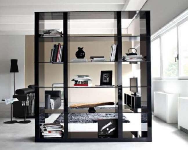10. A borda preta da estante de vidro trouxe um toque moderno ao ambiente. Fonte: Pinterest