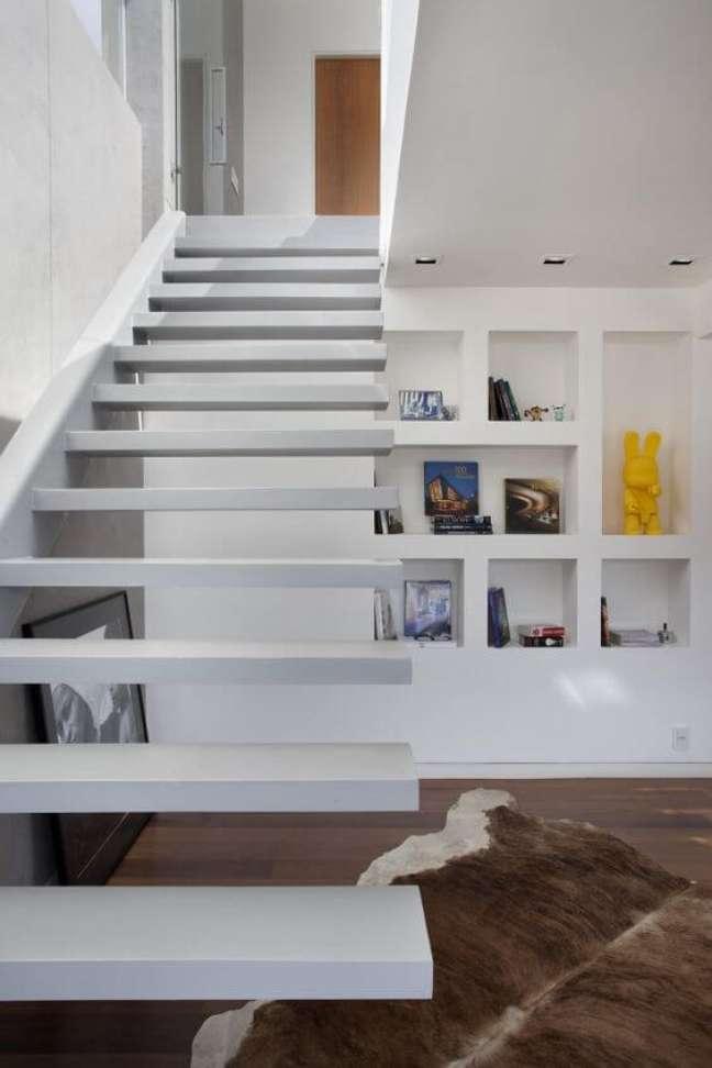35. Parede de sala decorada com estante de gesso embaixo da escada – Foto Intown Arquitetura