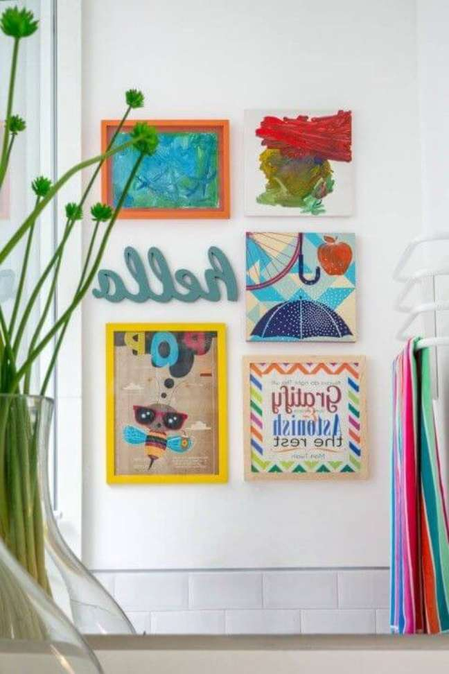 39. Parede de sala decorada com molduras coloridas e alegres – Foto Na Toca Design