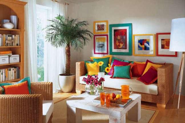 55. Parede de sala decorada com quadros e moldura colorida – Foto Old Funtime