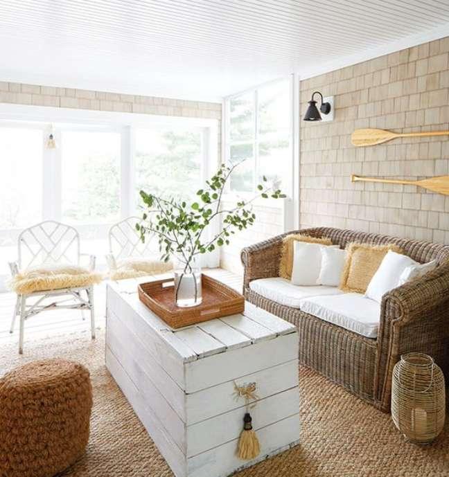 97. Parede de sala decorada com tijolinho bege com baú de madeira branca e decoração rústica – Foto Casa Tres Chic