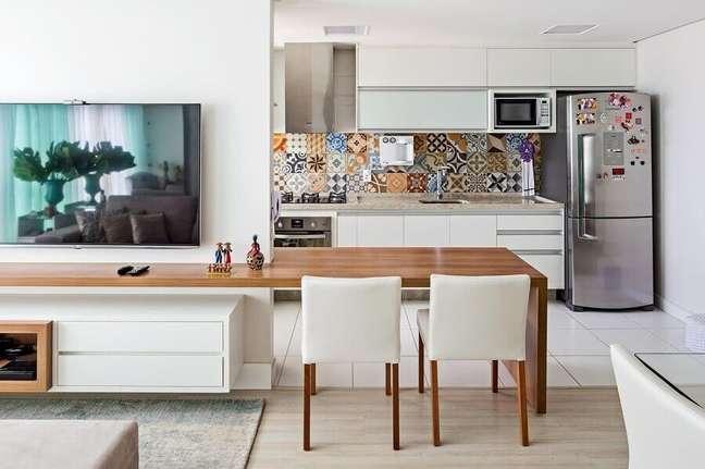 18. Bancada de madeira planejada para decoração de sala integrada com cozinha estilo americana – Foto: Jeito de Casa