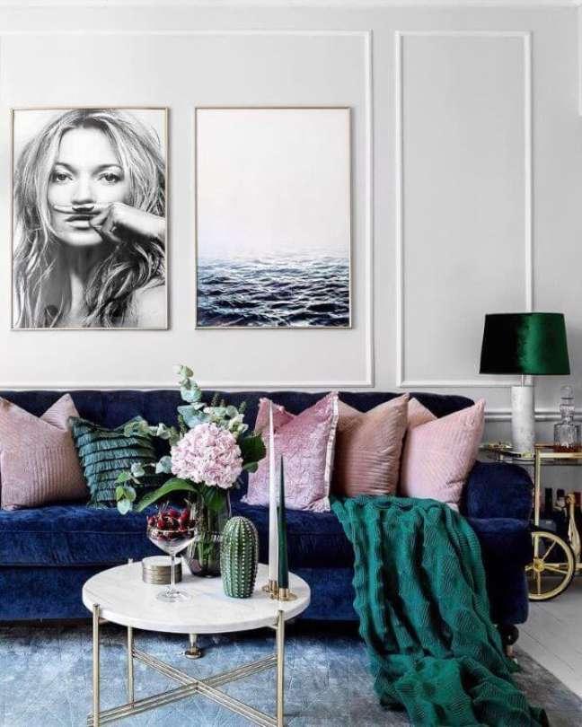 110. Sala com sofá azul marinho almofadas e rose e manta verde – Foto Pinterest