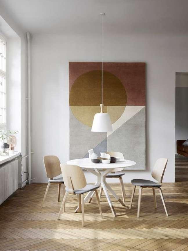 71. Sala de jantar com lustre branco pendente – Foto Micasa Revita