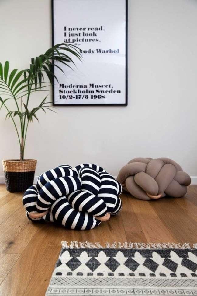 53. Parede de sala decorada com quadros criativos com frases – Foto Revista Artesanato