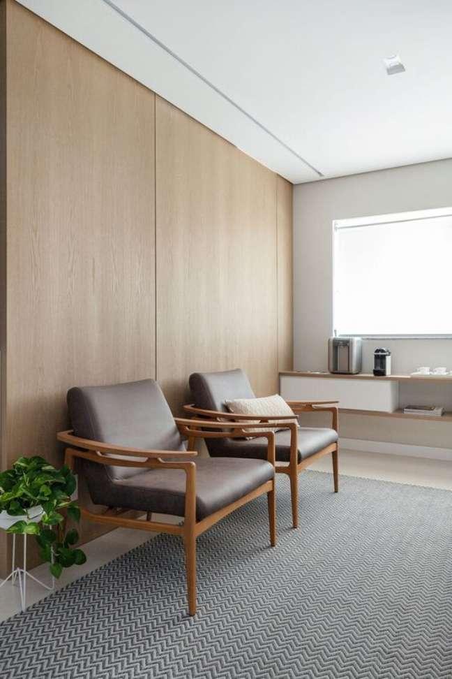 57. Sala de espera com poltronas de couro para clinica – Foto Macro Arquitetos