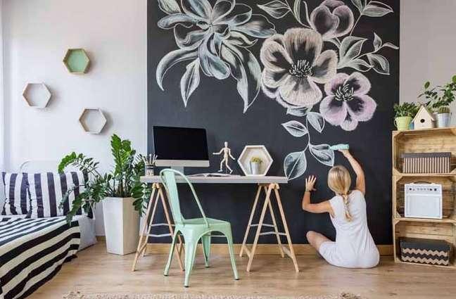 8. Sala moderna com parede de tinta lousa preta – Foto Pinterest
