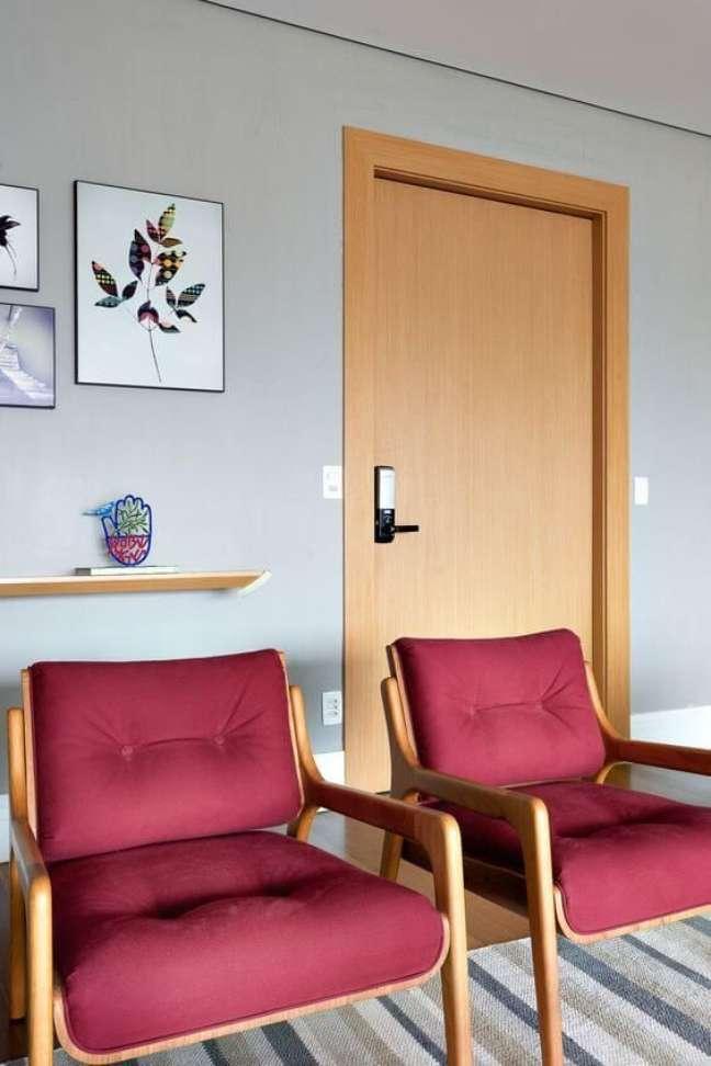 45. Sala de espera com cadeira vinho – Foto Revista VD