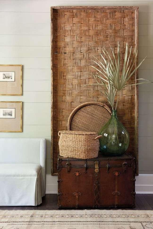 33. Parede de sala decorada com bau de madeira rustica – Foto Casa e Decor