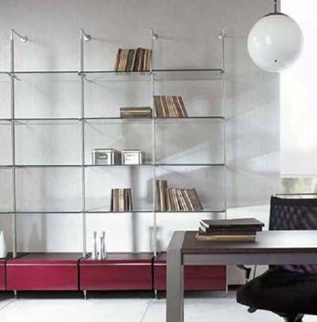 28. Decoração clean com estante de vidro. Fonte: Pinterest