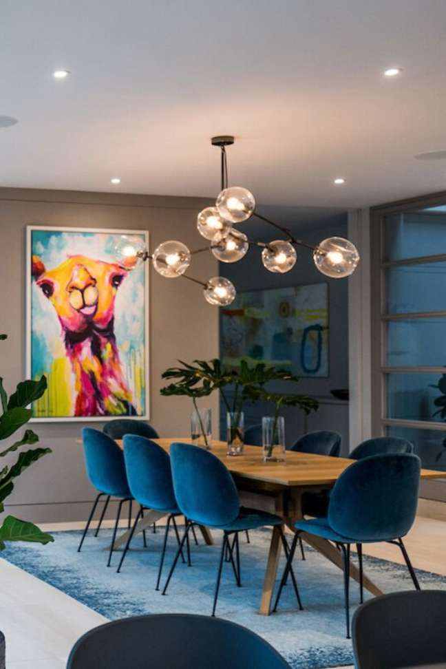 51. Parede de sala decorada com quadro colorido de lhama e móveis retrôs – Foto Decor Buddi