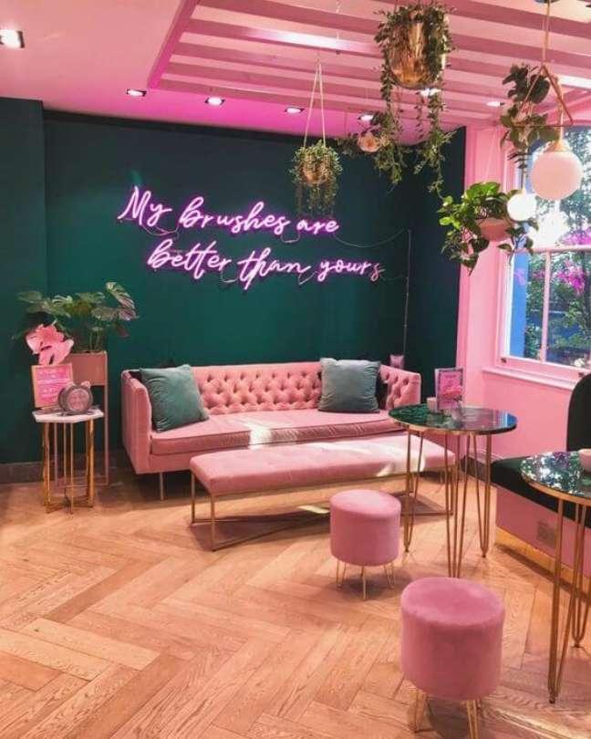84. Sala grande decorada com estilo moderno com luz neon rosa na parede verde esmeralda – Foto Pinterest