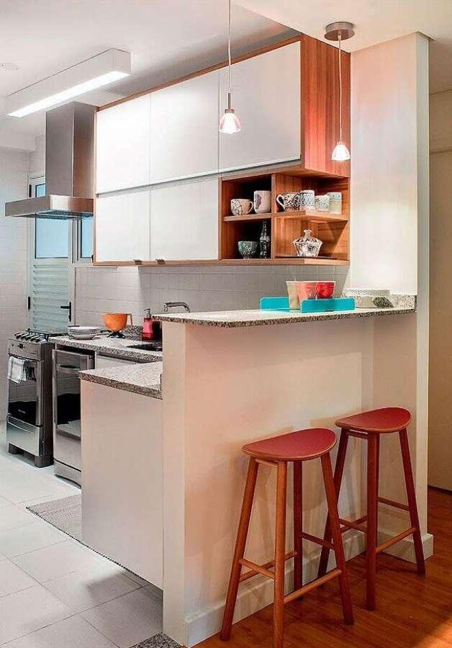 8. Decoração simples com banqueta de madeira para cozinha estilo americana em L – Foto: Pinterest