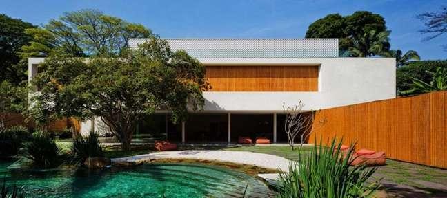 17. Área externa com piscina com pastilha verde. Projeto de Studio MK27