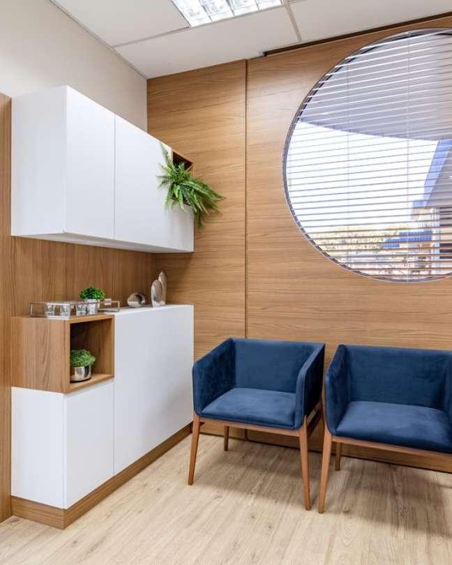 27. Cadeiras para sala de espera na cor azul e cantinho de café – Foto Muram Arquitetura