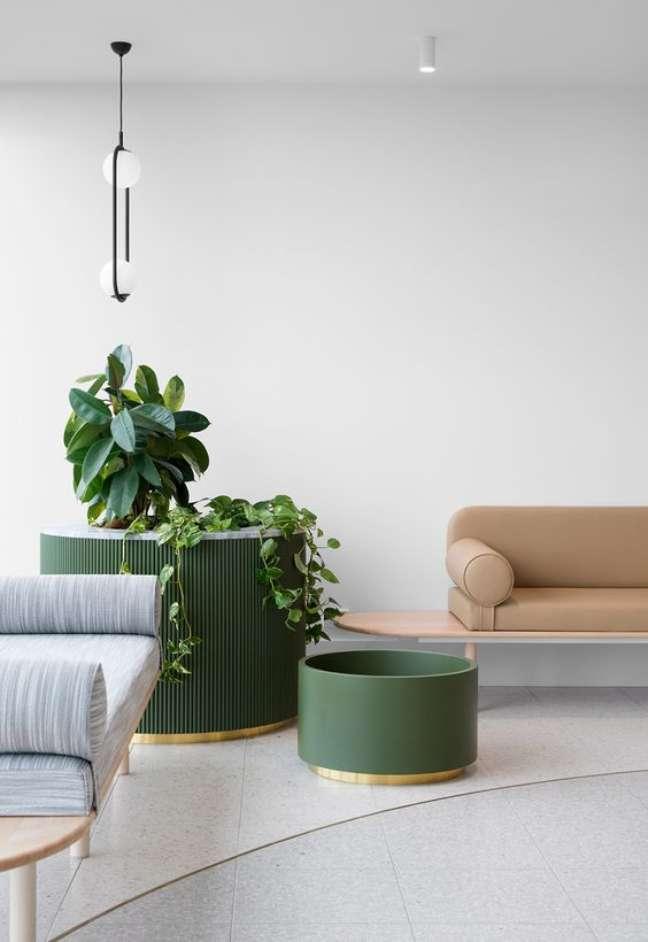 9. Sala de espera para consultório com sofá rosa e poltronas em azul claro -Foto Indesign Live