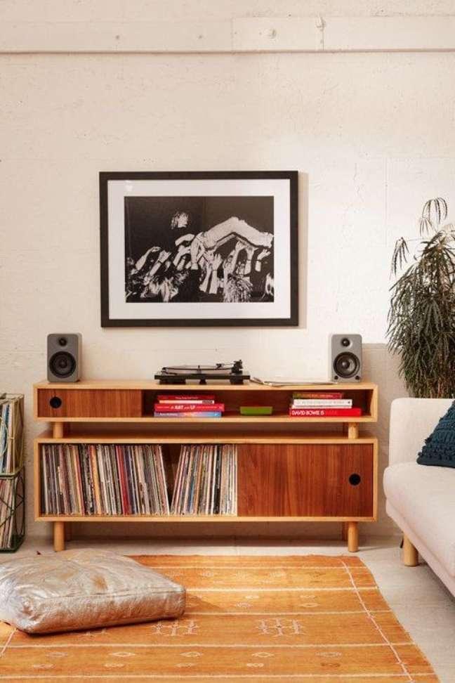41. Parede de sala decorada com móveis rusticos e quadros em preto e branco – Foto Hunker
