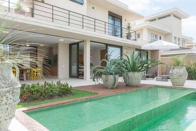 2. Área externa com porta deslizante e piscina pastilha verde. Projeto de Jannini Sagarra Arquitetura