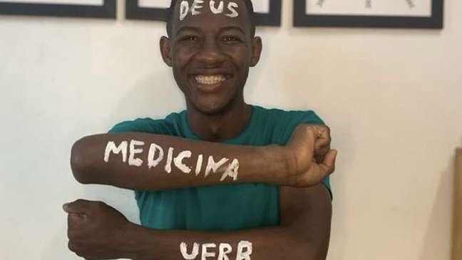 """Matheus ao comemorar aprovação no vestibular da UFRB; ele desenvolveu um método de estudo com 'disciplina de atleta"""""""