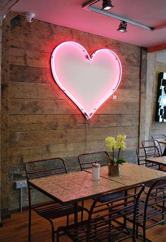 67. Sala de jantar com espelho de luz neon – Foto Estilo Proprio by sir