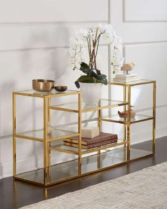 9. Mini estante de ferro e vidro com acabamento dourado. Fonte: Neiman Marcus