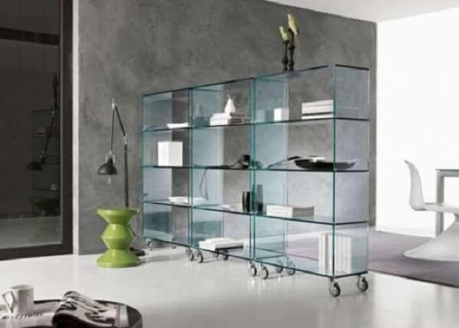 45. Parede cimento queimado e estante de vidro com rodízios complementa a decoração. Fonte: Pinterest